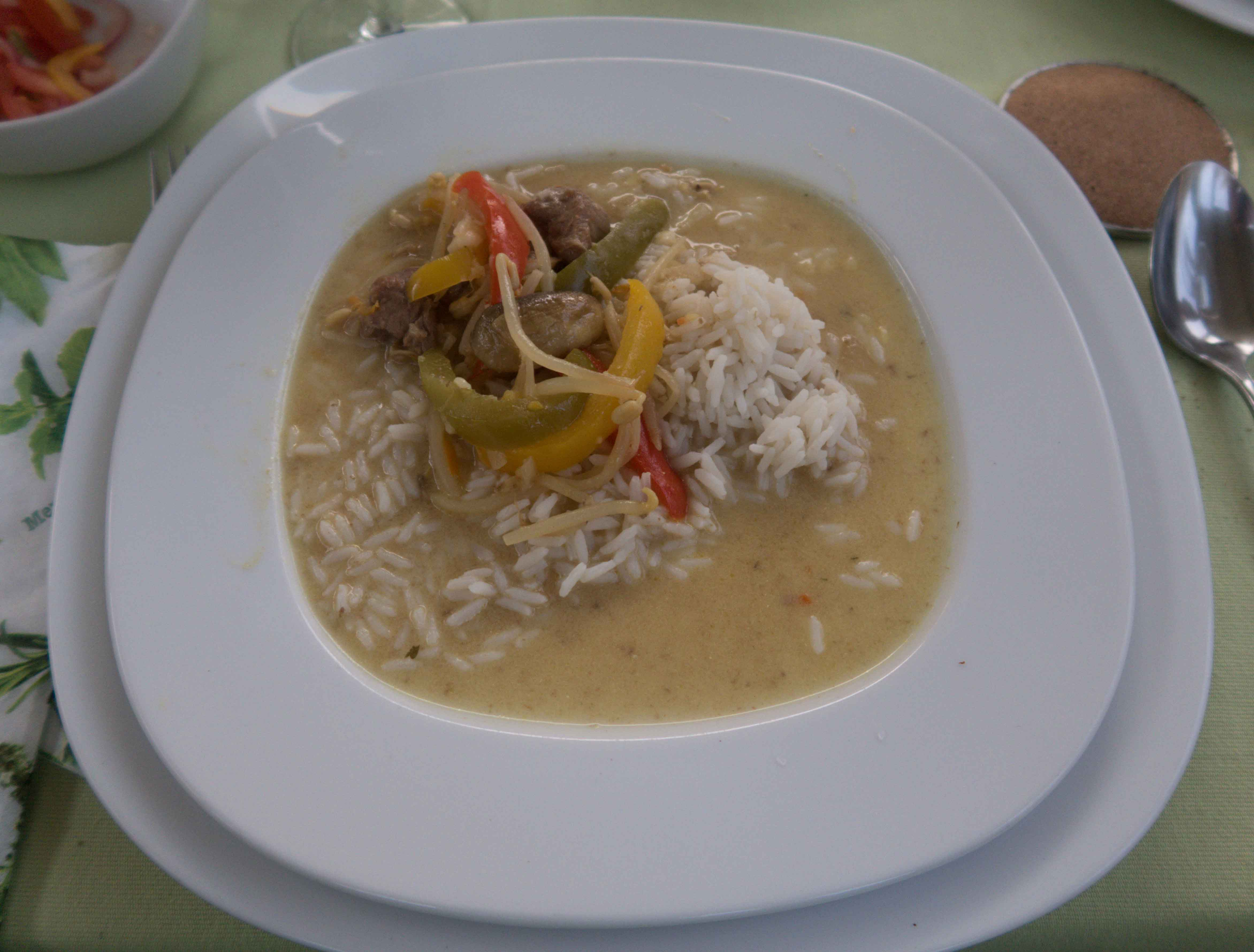 Lammcurry mit Reis am Teller